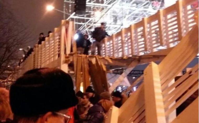 Момент обрушения моста в Парке Горького попал на видео