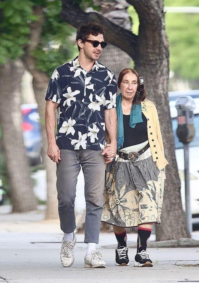 Невысокая и странно одетая: Шайя Лабаф, расставшись с FKA twigs, отпраздновал 33-летие в компании мамы