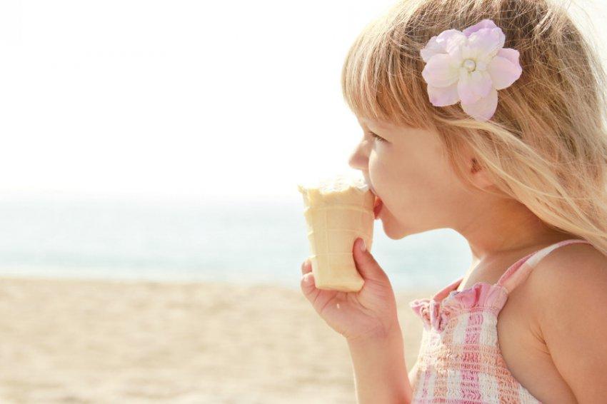 Российские врачи призвали отказаться от поедания мороженого в жару