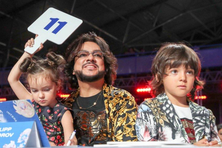 Самолет с Киркоровым и его детьми на борту совершил жесткую посадку