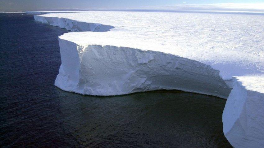 Айсберг весом в триллионы тонн: громадная глыба вышла в открытый океан
