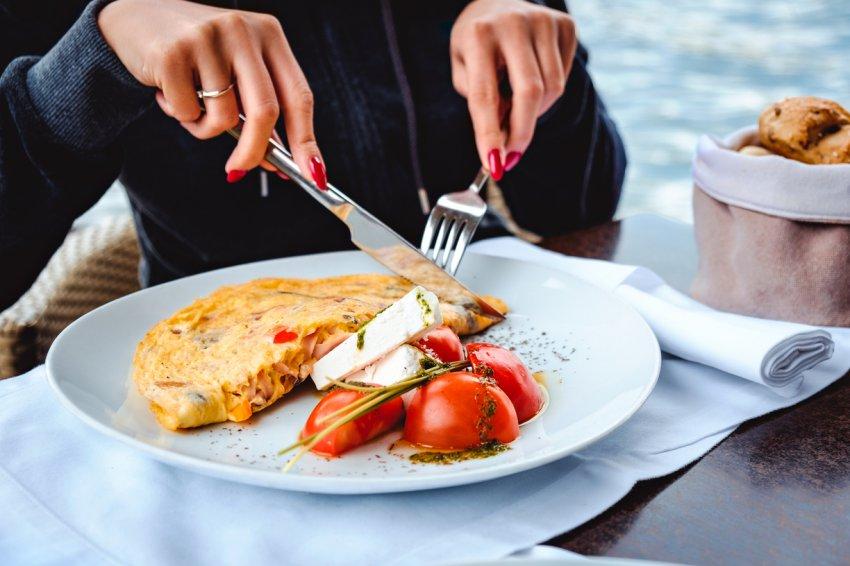 Народные приметы: почему нельзя есть с ножа?