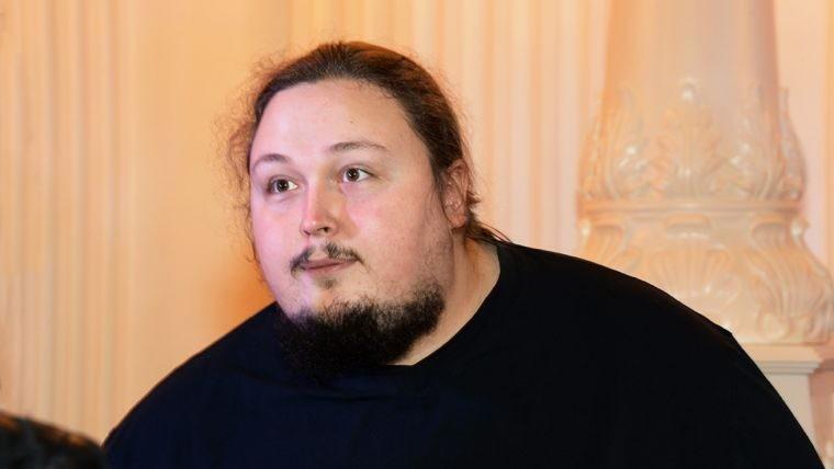 Лука Затравкин пытался встать с унитаза в самолете, но ему для этого потребовалась помощь экипажа