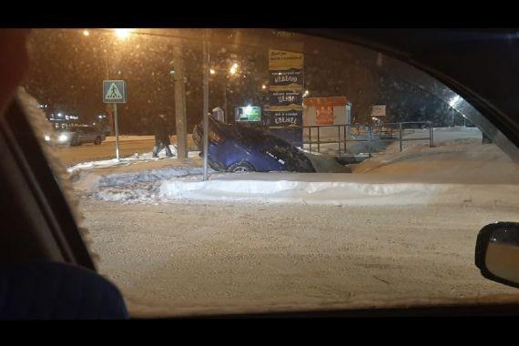 В Барнауле авто после ДТП улетело в яму под снегом