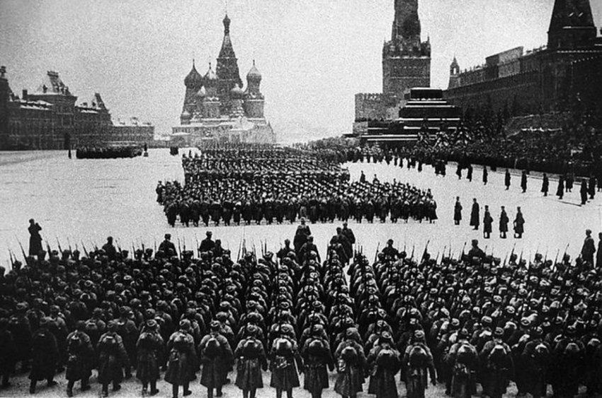 Парад 7 ноября 2019 года в Москве на Красной площади реконструирует шествие 1941 года