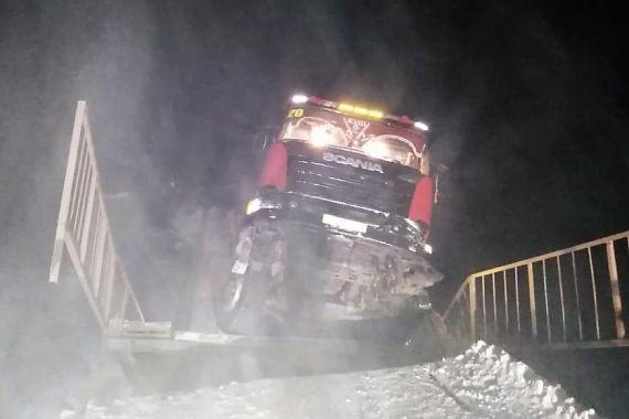 В Иркутской области большегруз Scania обрушил мост