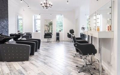 Врачи рассказали, как минимизировать риск заражения коронавирусом в парикмахерских и салонах красоты