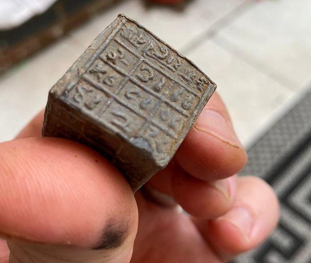 Свинцовые кубики на санскрите обнаружены в Англии