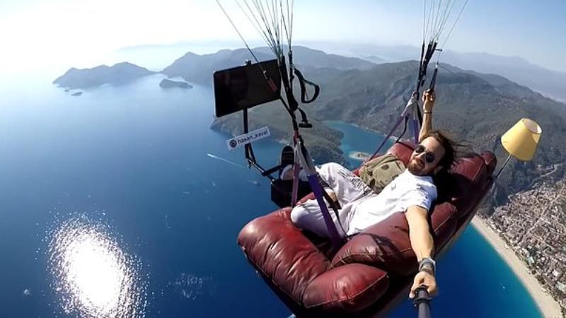 Экстремал из Турции прыгнул с парашютом на диване и с телевизором