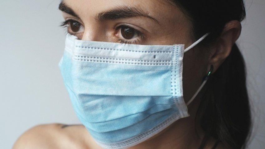 Эксперт по коронавирусу заявил, что мы будем носить маски еще несколько лет