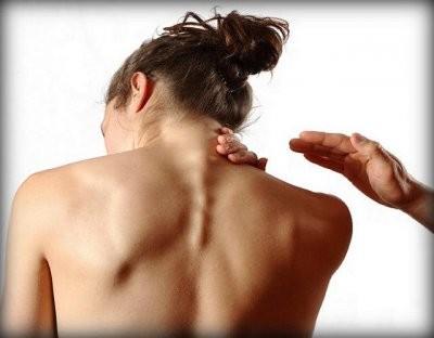 Специалисты назвали причины, по которым появляется вдовий горб