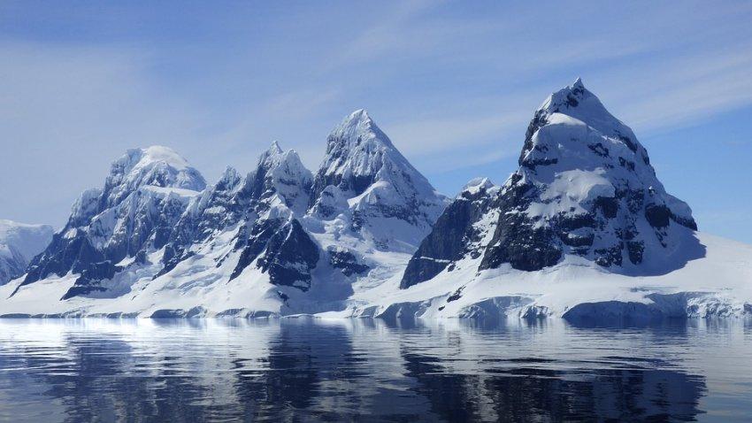Подо льдами Антарктиды скрывается 300-километровый металлический объект
