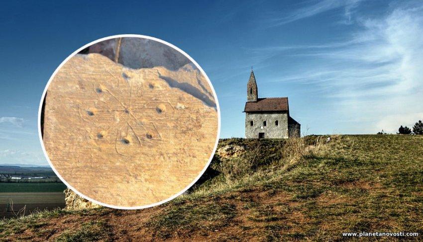 """В английской средневековой церкви нашли """"ловушки"""" для ведьм и нечисти"""