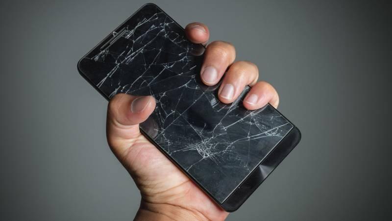 Сегодня все больше хитрых водителей возят с собой разбитый телефон