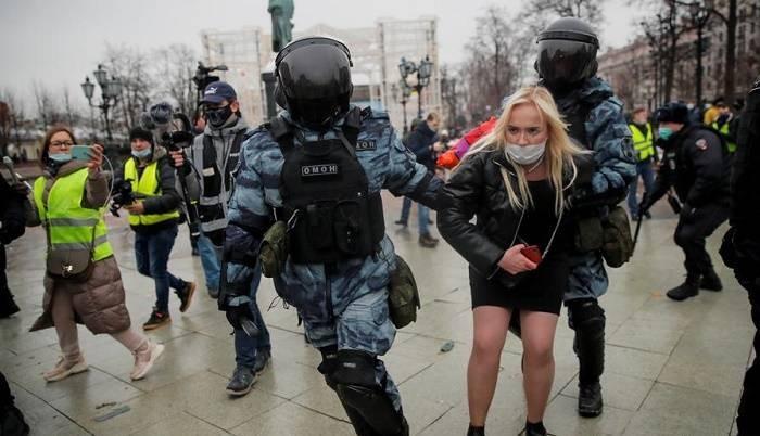 Европа и США осудили применение силы против протестующих в России