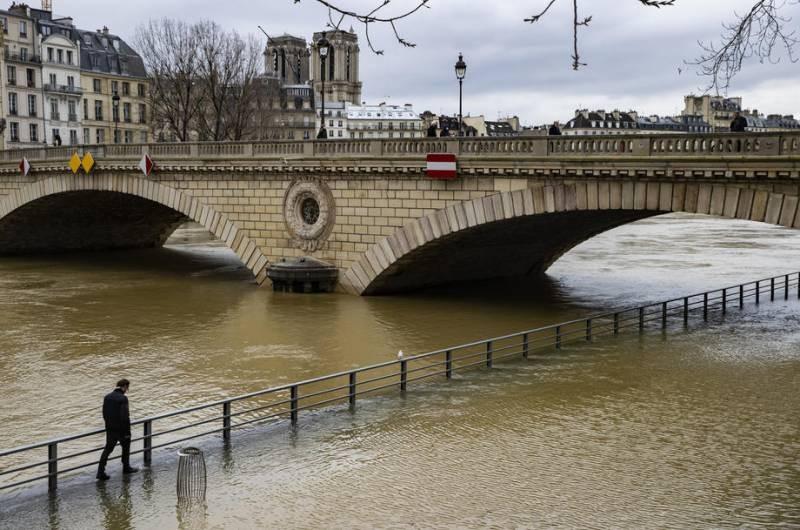 Власти Франции перекрыли несколько участков города из-за наводнения в Париже