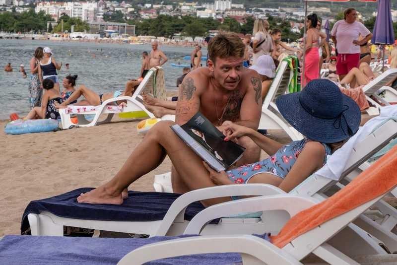 В России показали первые эпизоды сериала «Отпуск» с особенным актерским составом