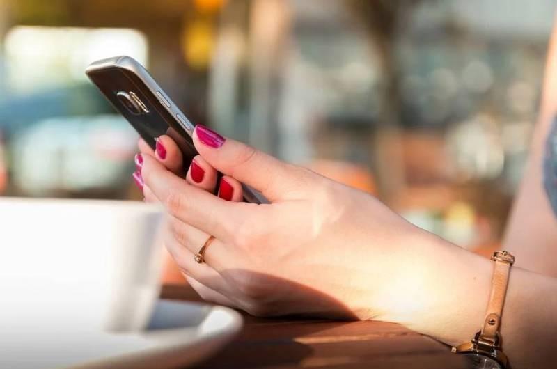 Почему посторонним людям не стоит давать свой мобильный телефон