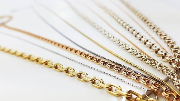 Красивая цепочка способна стать не только украшением, но и запоминающейся частью дорогого и любимого образа