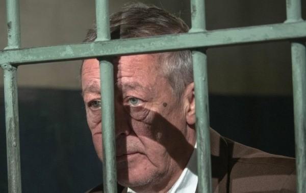 Информацию о переводе Михаила Ефремова под домашний арест опровергли