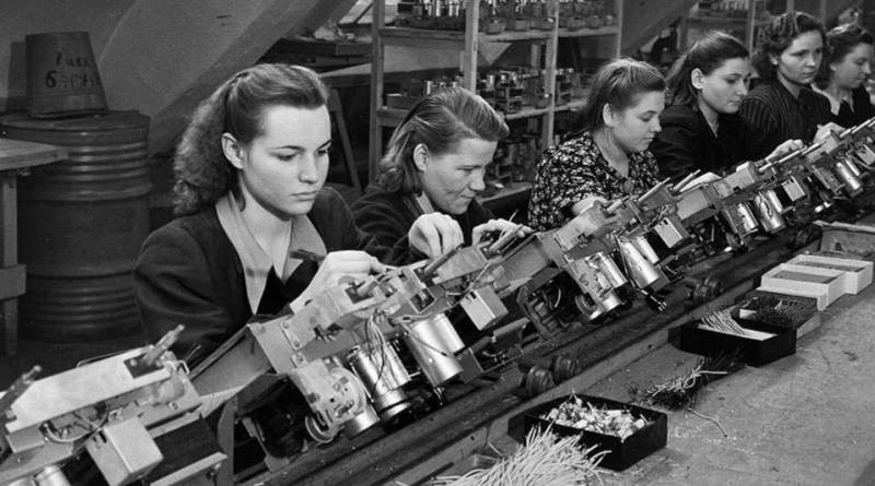 Почему в СССР целых 11 лет люди работали почти без выходных