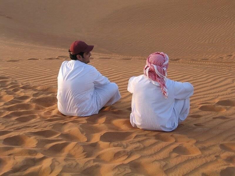 Почему арабские мужчины носят длинные и белые одежды