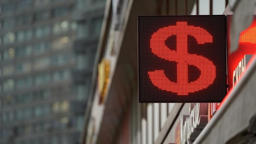 Доллар упал ниже 73 рублей: что вызвало снижение валюты США