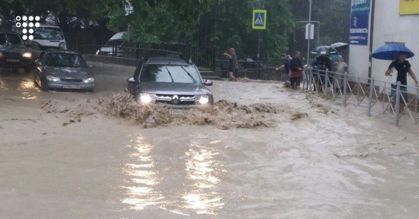В ряде регионов Крыма действует режим ЧС, а МЧС опять объявило штормовое предупреждение