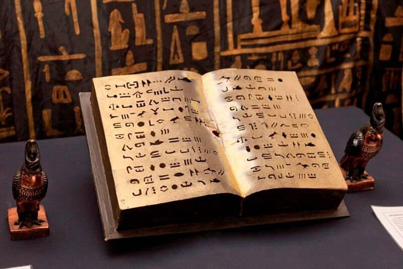 Египтологи восстановили разорванный 2300-летний свиток Книги мертвых