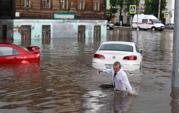 В Анапе из-за шторма вновь запретили купаться в море